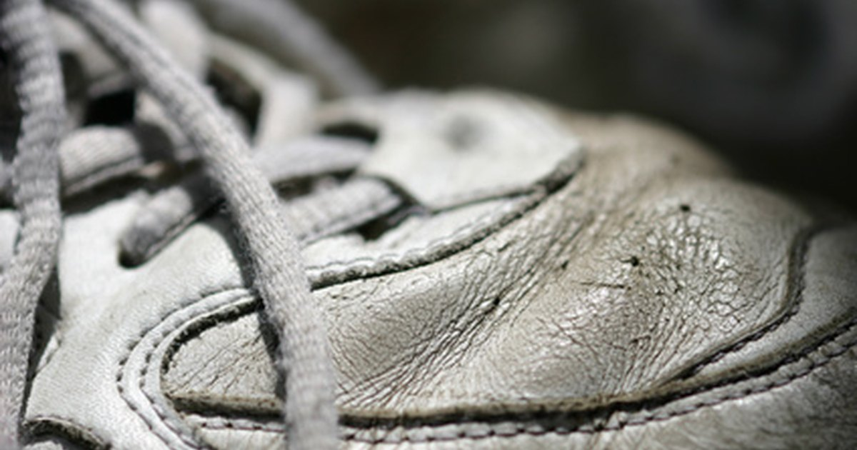 how to clean white tennis shoes without