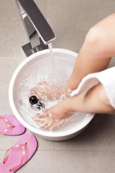 How to Soak a Sprained Foot