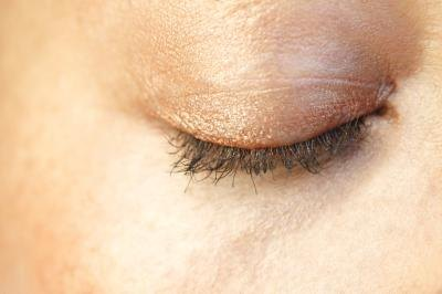How to Tighten Loose Skin on the Eyelids
