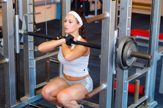 What Is the Difference Between a Straight Bar & Curl Bar?