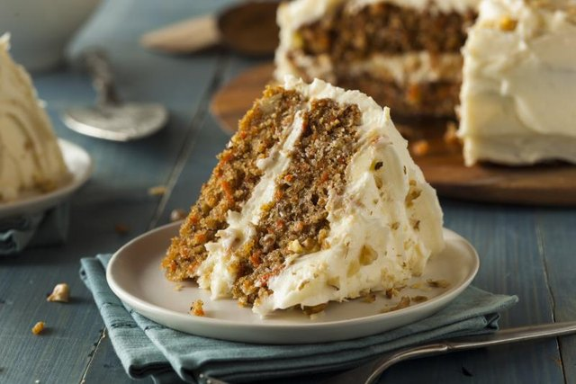 How to Keep a Carrot Cake From Falling in the Middle