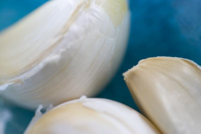 How to Use Garlic to Remove a Mole