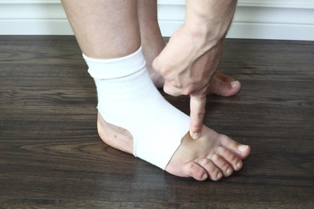How to Remove Swelling From the Feet Naturally