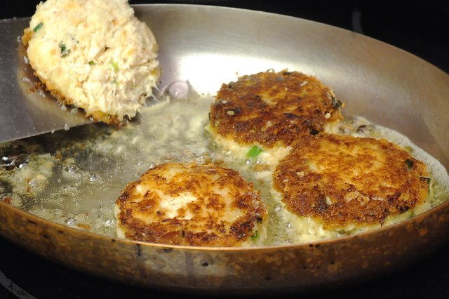 How to Cook Crab Cakes in a Frying Pan