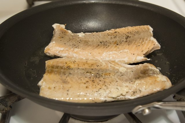 How to Cook Salmon Fillets on the Stove Top