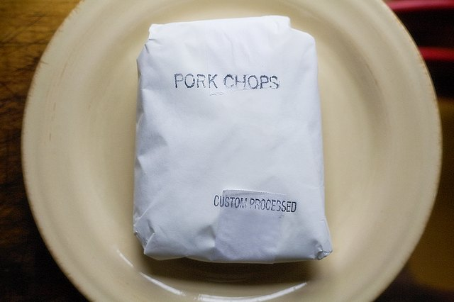 How to Cook Pork Chops in a Microwave