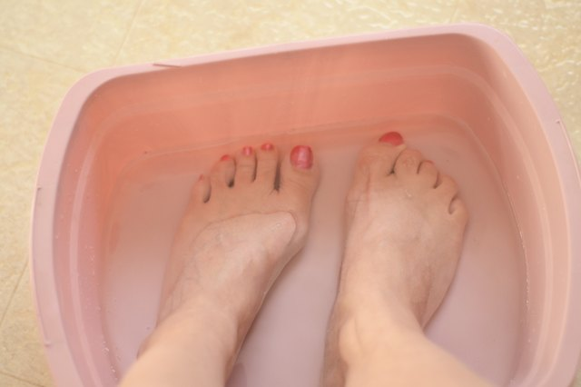 How to Soak Feet in Vinegar & Water