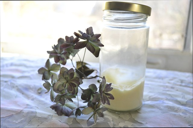 How to Make Moisturizer With Petroleum Jelly & Baby Lotion