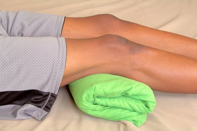 How to Fix Soreness in the Knees From Playing Basketball