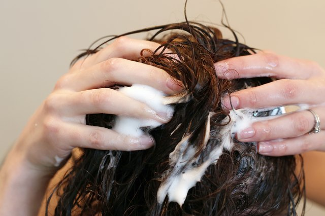 How to Remove Chlorine From Hair Naturally