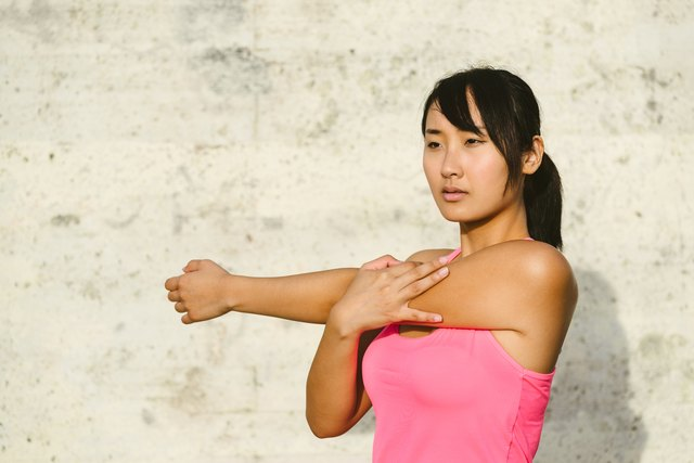The posterior shoulder stretch can prevent injuries and shoulder pain.