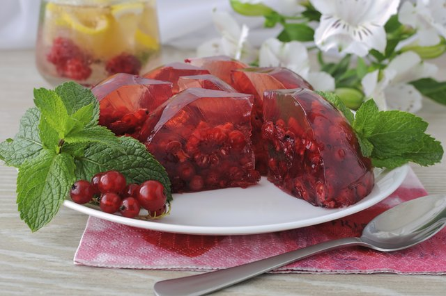 Jello with raspberry and red currants