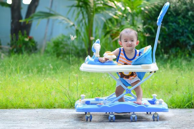 What Age Can a Baby Use a Baby Walker?