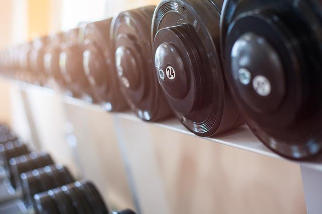 Use dumbbells to train the whole body.