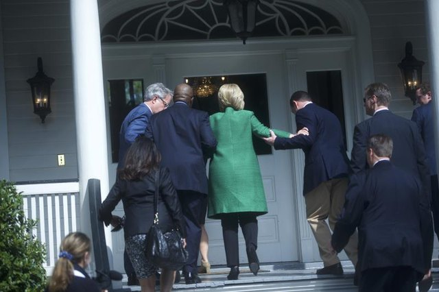 For several right-wing journalists, the assistance Clinton received to climb some steps indicates that she may have secret health issues.