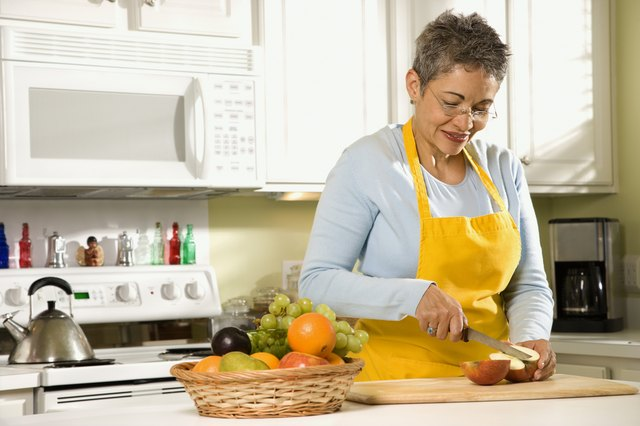 Cooking fruit before ingesting it may help prevent an itchy mouth.