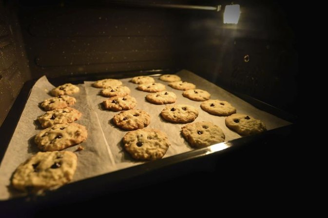 How to Bake Cookies That Are Not Burnt on the Bottom