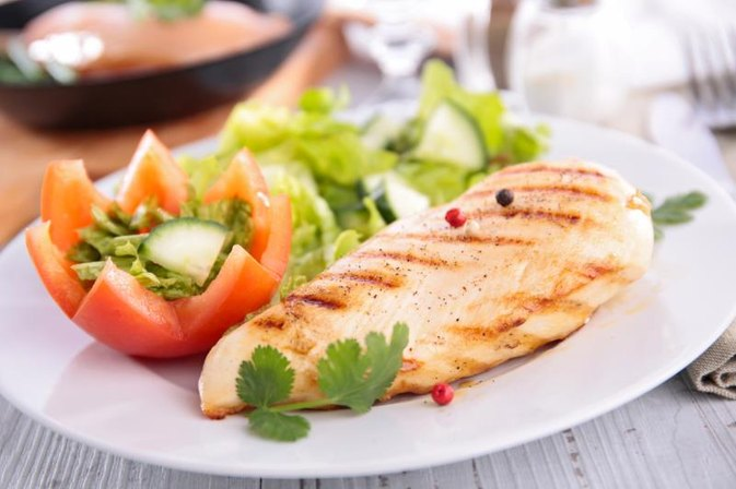 Nutrition of Skinless Chicken Breast Vs. Tuna Steak