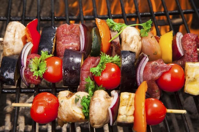 What to Brush on Steak and Shrimp Kabobs When Grilling