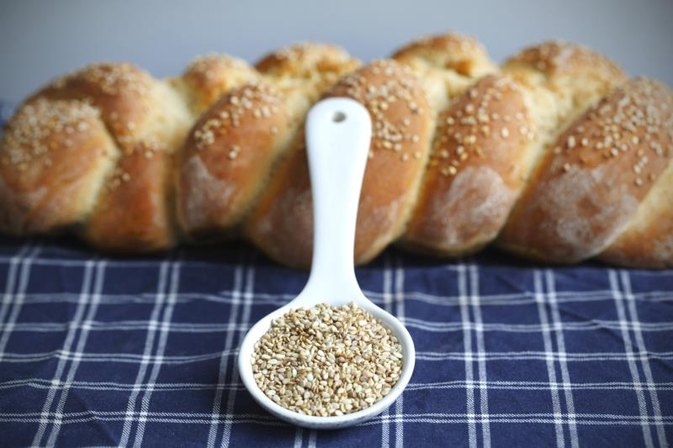 What Is the Nutritional Difference Between Hulled & Unhulled Sesame Seeds?