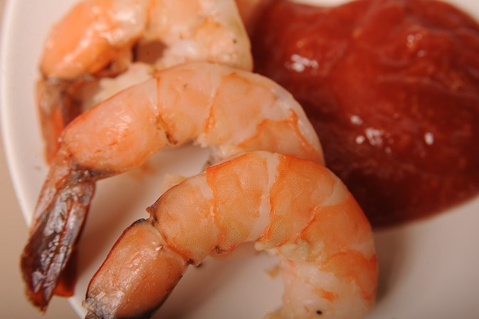 How to Cook Frozen Shrimp With the Shell on the Stove Top