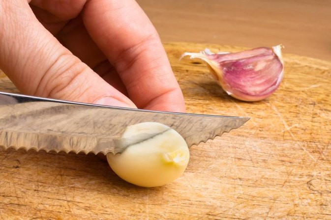 Can Too Much Garlic Cause Lips to Swell?