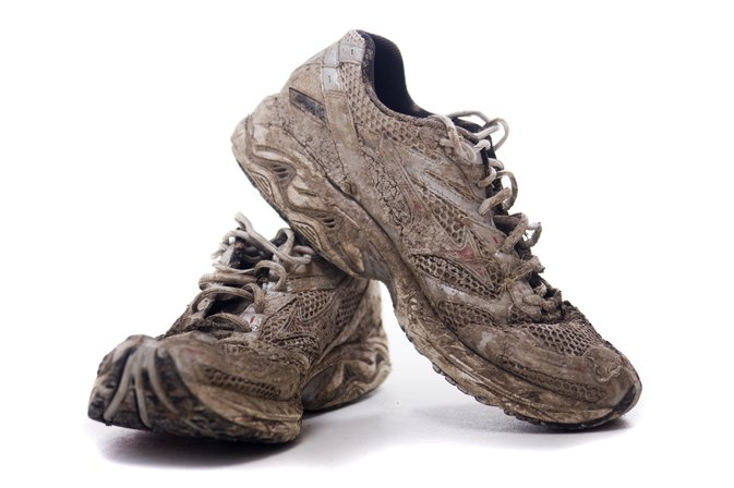 How to Get Mud out of White Nylon Mesh Shoes