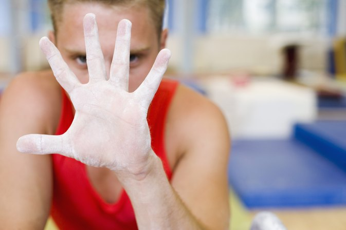 What Are the Pros & Cons of Putting Chalk on Hands When Lifting Weights?