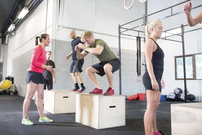 Differences Between Plyometrics & Isometrics