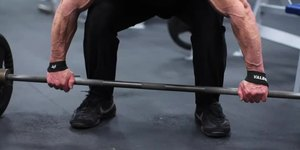 How to Use Wrist Straps on a Barbell