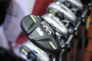 What Is the Difference Between a Hybrid Golf Club & an Iron?