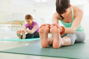12 Easy, Anytime Moves to Strengthen Your Feet and Ankl…