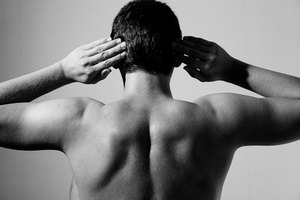 How to Put a Dislocated Shoulder Back Into Place