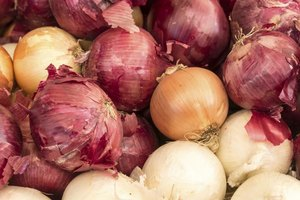 Nutritional Difference Between Yellow & Red Onions