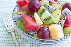 What Do You Put on Freshly Cut Fruit to Keep It From Tu…