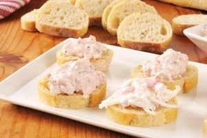 How Do I Make a Crab Salad With Canned Crab Meat?