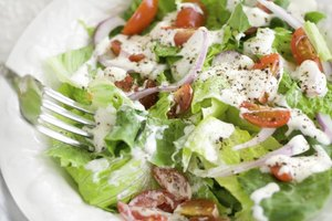 What Salad Dressings Can a Pregnant Woman Have?
