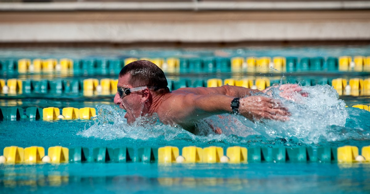 Swimming Laps Vs. an Elliptical to Lose Weight