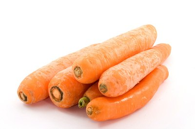 Eat vegetables such as carrots for their antihistamine properties.