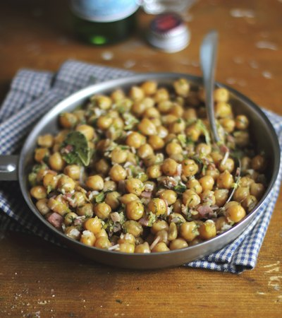Chickpeas with bacon, leeks and dill
