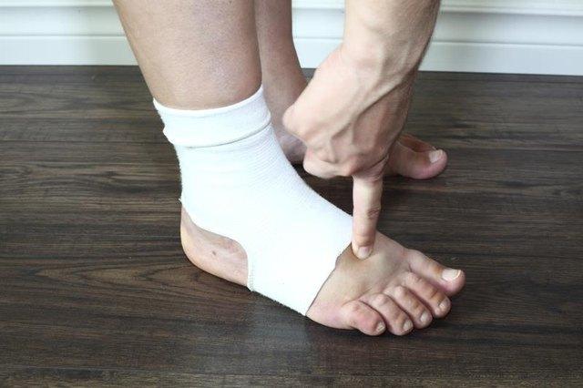Косточка на ноге возле большого пальца опухла и болит что делать и чем лечить