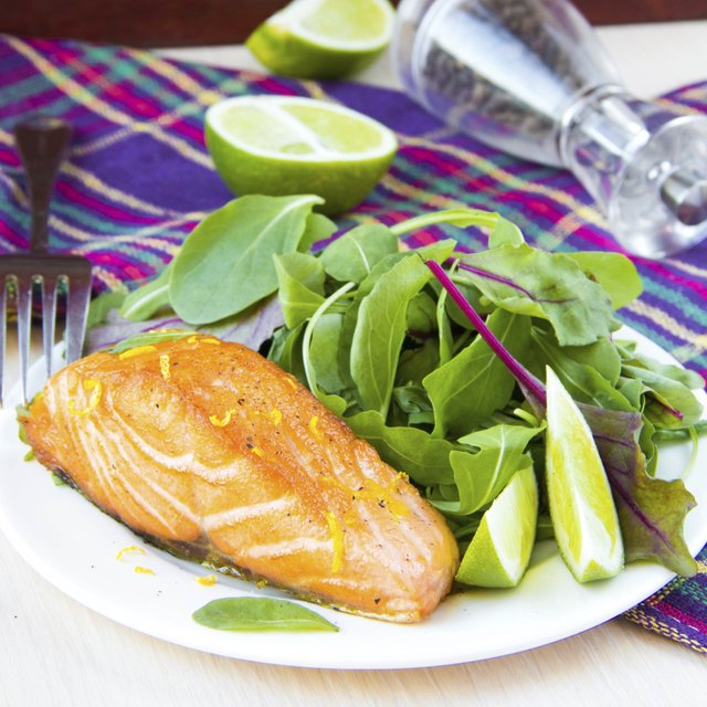 Grilled salmon and green salad on a plate