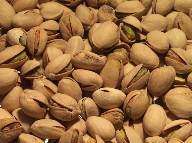 One quarter cup of raw pistachio nuts contains 173 calories, most of which come from fat.