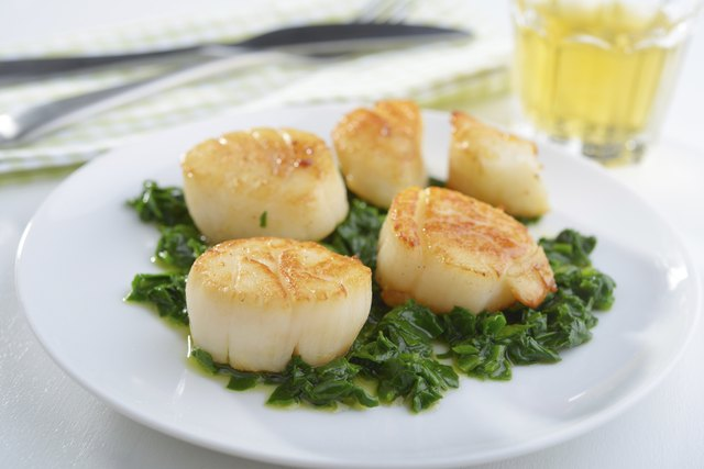 seared scallops on bed of spinach