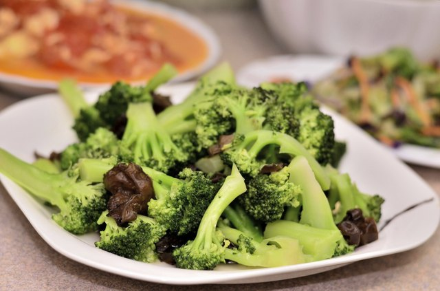plate of steamed broccoli