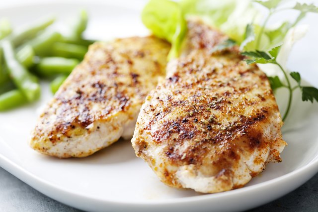 Grilled chicken breast with herbs, spices and vegetables