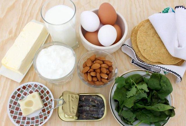 Les produits laitiers, les fruits et légumes et les fruits de mer sont des aliments riches en calcium.