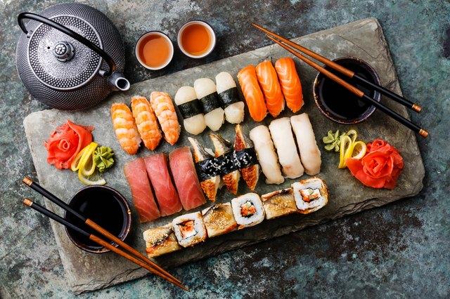 Il tonno ha una quantità moderata di mercurio. Per le opzioni di mercurio inferiore scegli sushi o sashimi fatti con salmone o gamberetti.