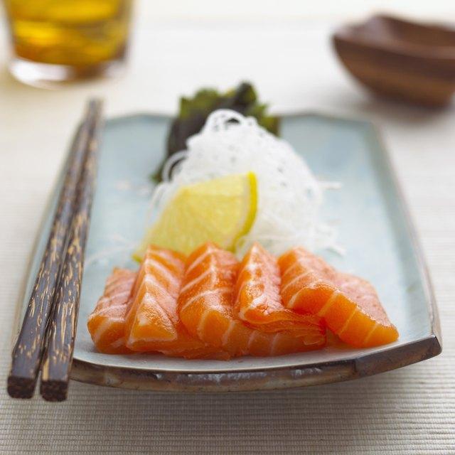 Mieux encore que de commander un rouleau, choisissez de commander des sashimis (coupes fines de poisson cru de haute qualité servi seul, sans riz).