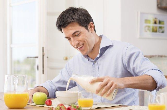 Ein mäßig aktiver Mann im Alter zwischen 19 und 30 Jahren hat einen Kalorienbedarf von 2.600 bis 2.800 Kalorien.